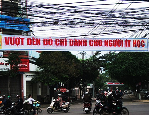 Băng rôn tuyên truyền an toàn giao thông gây phản cảm trên đường phố Quy Nhơn. Ảnh: A.Tu.