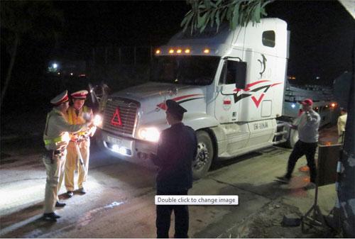 Bốn chiếc xe chở phôi thép bị áp tải đến trạm cân trên Quốc lộ 5. Ảnh: Giang Chinh.