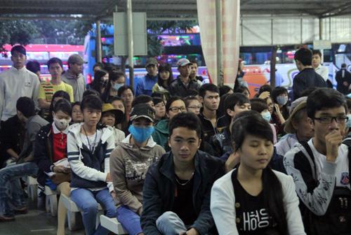 Nhiều người ngồi đợi ở khu vực bán vé xe Tết từ sáng sớm. Ảnh: Hữu Nguyên.