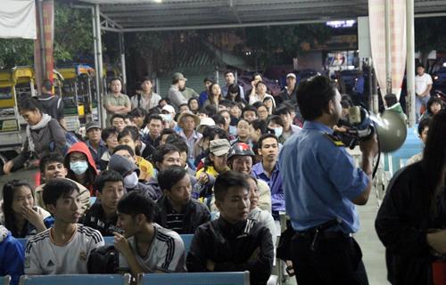 Lực lượng bảo vệ phải cầm loa, liên tục yêu cầu giữ trật tự vì số người đến mua vé quá đông. Ảnh: Hữu Nguyên.